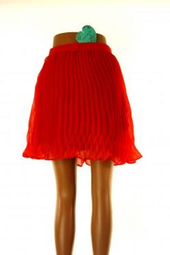 Červená plizé sukně