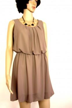 Hnědé šaty s přívěskem